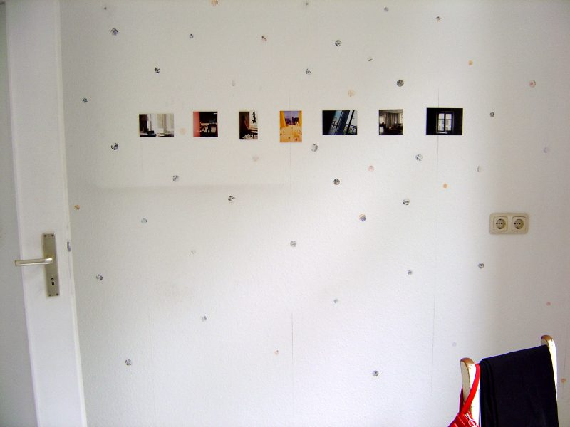 How can home be represented in lived spaces with their related memories?<br /> Windows, an open suitcase, the blue sky seen from the balcony are all found in Anna Ostoya's squared-off photos. They are everyday moments found in different geographical contexts and residences where work and life take place. <br />
