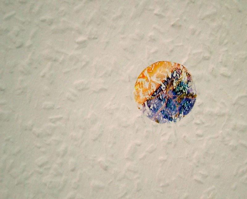 Furthermore, retrospective are the coin-shaped prints of fragments of visual memory. She has placed her own map on the wood-chipped wallpaper from 'home', which takes on its structure.